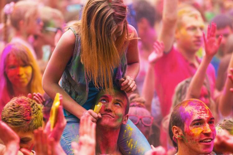 novios polvos holi festival